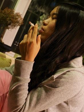 Kinaflicka röker